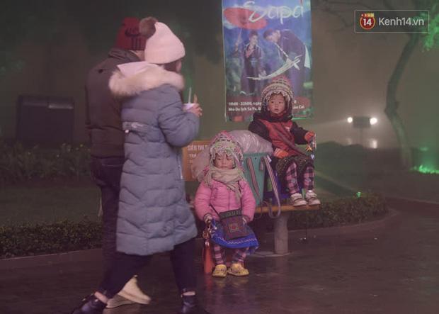 Chùm ảnh: Trẻ em ở Sa Pa bị đẩy ra đường bán hàng cho du khách dưới thời tiết 0 độ C - Ảnh 16.