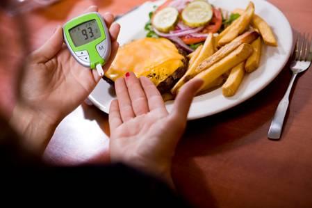 Bác sĩ chuyên khoa nội tiết chỉ ra chế độ ăn được khuyến cáo phù hợp nhất cho người bệnh tiểu đường: Điều quan trọng nhất là vui vẻ, vừa đủ và điều độ! - Ảnh 2.