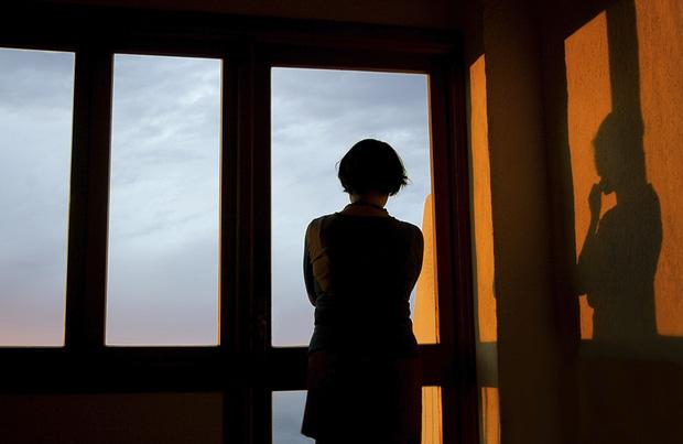 Bệnh trầm cảm - sát thủ ẩn mình rình rập phụ nữ: Bị chồng cho là giả bệnh, con cái không muốn sống chung, nhiều người cay đắng tìm đến cái chết - Ảnh 1.