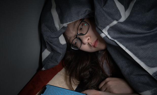 4 việc phụ nữ làm trước khi đi ngủ có thể đẩy nhanh quá trình lão hóa của cơ thể nhưng nhiều người không biết - Ảnh 1.