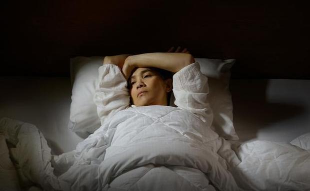 4 việc phụ nữ làm trước khi đi ngủ có thể đẩy nhanh quá trình lão hóa của cơ thể nhưng nhiều người không biết - Ảnh 3.
