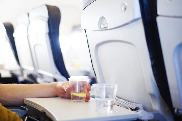 """Tiếp viên hàng không lâu năm tiết lộ bí mật về một thứ siêu bẩn nên tránh trên máy bay, nghe xong """"tá hỏa"""" vì hầu hết ai cũng từng dùng - Ảnh 1."""
