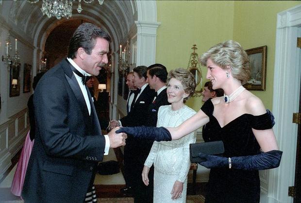 7 lý do khiến Diana dù là một Công nương nổi loạn nhưng lại là nhân vật được yêu mến nhất Hoàng gia Anh - Ảnh 14.