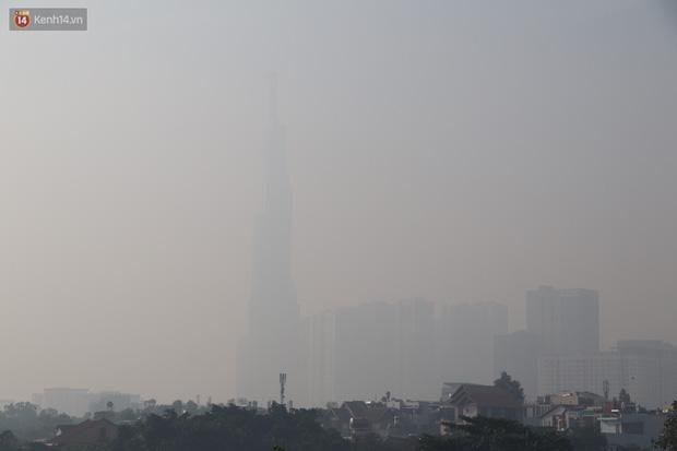 Chùm ảnh: Bụi mờ mù mịt bủa vây Sài Gòn, báo động ô nhiễm không khí trong những ngày cuối năm - Ảnh 1.