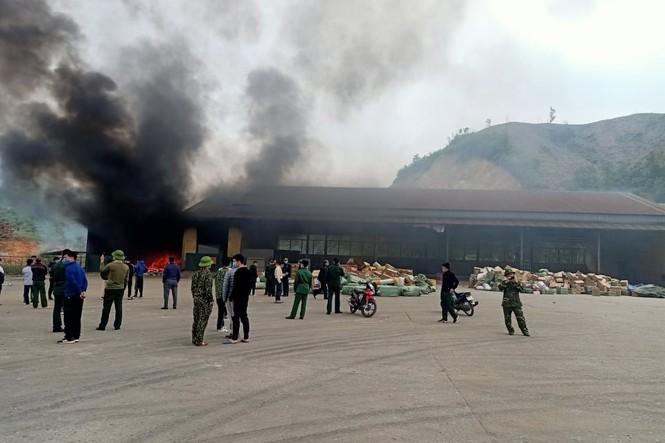 Cháy kho hàng hoá ở cửa khẩu Bắc Phong Sinh, gần chục tấn hàng hoá bị thiêu rụi - Ảnh 1.