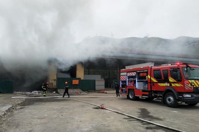 Cháy kho hàng hoá ở cửa khẩu Bắc Phong Sinh, gần chục tấn hàng hoá bị thiêu rụi - Ảnh 2.