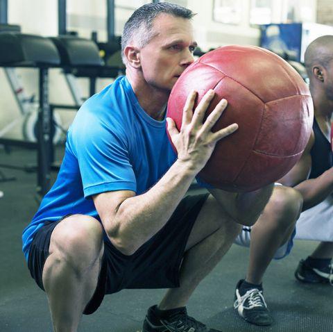 Người ở tuổi 50 rất nên tập 5 bài tập này: Rất cơ bản nhưng tăng sức khỏe xương, đẩy lùi lão hóa hiệu quả - Ảnh 4.
