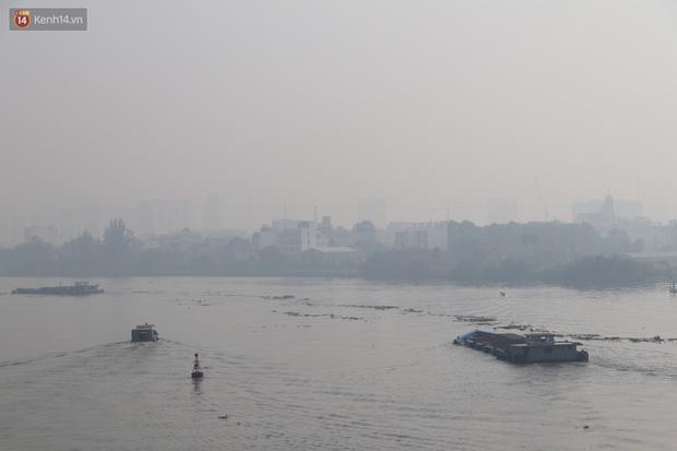 Chùm ảnh: Bụi mờ mù mịt bủa vây Sài Gòn, báo động ô nhiễm không khí trong những ngày cuối năm - Ảnh 13.