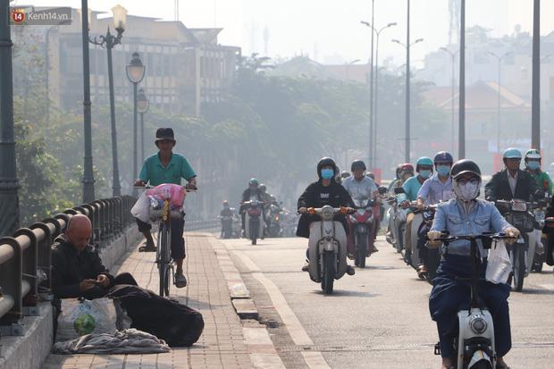 Chùm ảnh: Bụi mờ mù mịt bủa vây Sài Gòn, báo động ô nhiễm không khí trong những ngày cuối năm - Ảnh 18.