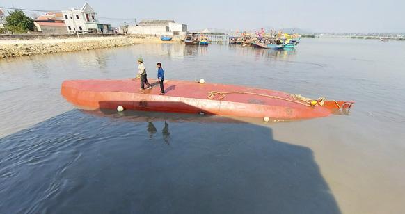 Tàu biển vừa bơm 5000 lít dầu và nước ngọt, chưa kịp đi bán thì bị chìm - Ảnh 3.