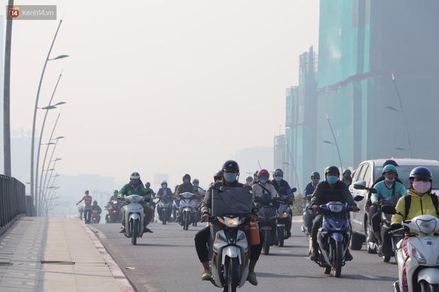 Chùm ảnh: Bụi mờ mù mịt bủa vây Sài Gòn, báo động ô nhiễm không khí trong những ngày cuối năm - Ảnh 10.
