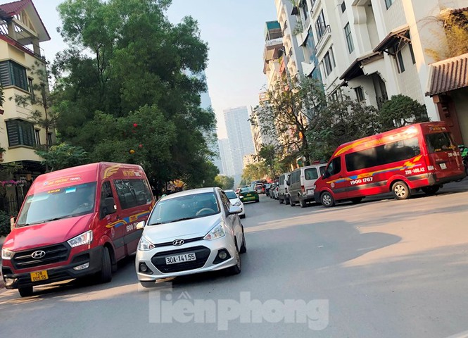 Tận thấy bến cóc, xe dù náo loạn đường phố Hà Nội - Ảnh 3.