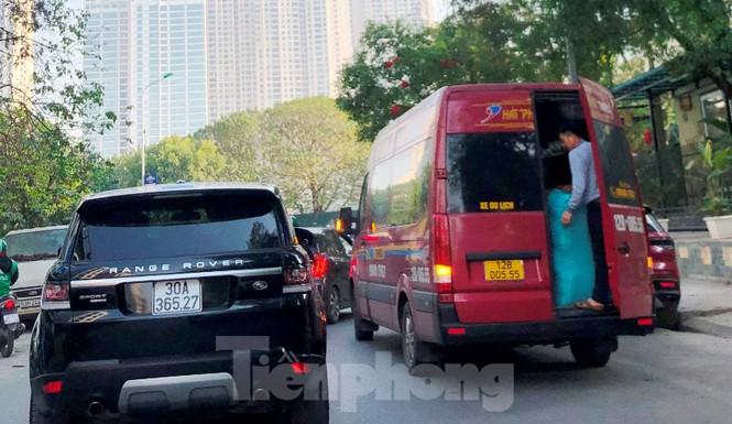 Tận thấy bến cóc, xe dù náo loạn đường phố Hà Nội - Ảnh 4.