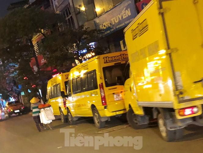 Tận thấy bến cóc, xe dù náo loạn đường phố Hà Nội - Ảnh 6.