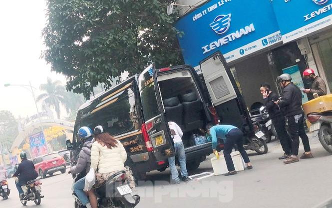 Tận thấy bến cóc, xe dù náo loạn đường phố Hà Nội - Ảnh 7.