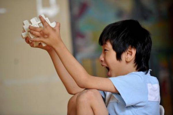 Cậu bé 10 tuổi có khả năng ghi nhớ siêu phàm, tự học thông thạo 4 ngoại ngữ, ai cũng tưởng là thần đồng nhưng sự thật đằng sau khiến bố mẹ vô cùng đau lòng - Ảnh 1.