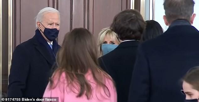 Khoảnh khắc ông Biden bối rối vì cánh cửa Nhà Trắng mãi không mở  - Ảnh 1.