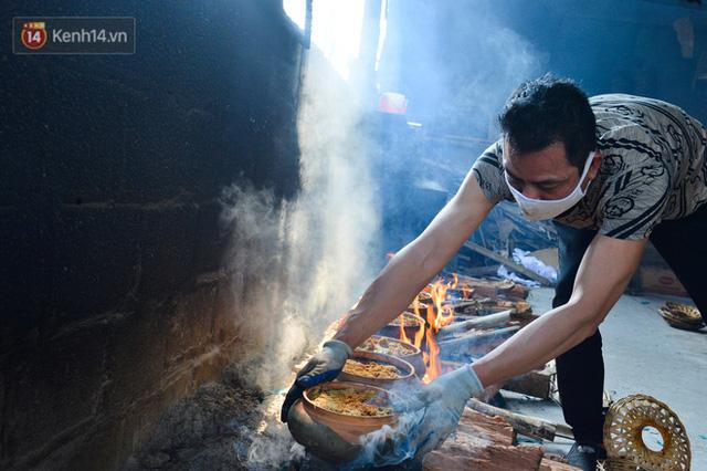 Sự kỳ công của người dân làng Vũ Đại để tạo ra nồi cá kho ngon nức tiếng: Chỉ cần sơ ý vài giây, nồi cá bạc triệu sẽ cháy thành than  - Ảnh 14.
