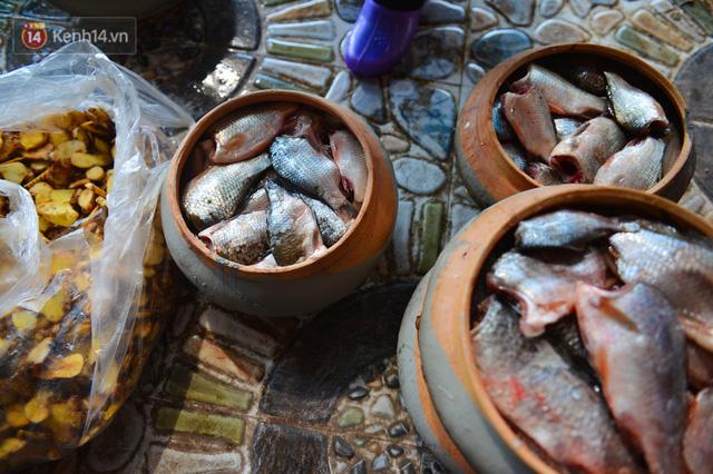 Sự kỳ công của người dân làng Vũ Đại để tạo ra nồi cá kho ngon nức tiếng: Chỉ cần sơ ý vài giây, nồi cá bạc triệu sẽ cháy thành than  - Ảnh 7.
