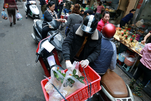 """Gà cánh tiên """"hút khách"""" trong phiên chợ Rằm cuối năm giữa phố Hà Nội: Chủ quán luộc gà gấp rút, shipper giao mỏi chân không kịp - Ảnh 6."""