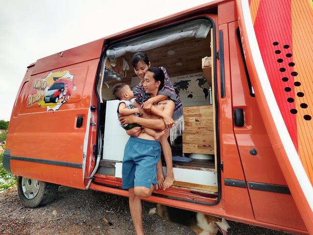 Chi 250 triệu đồng để biến xe cũ thành nhà, đôi vợ chồng trẻ thực hiện hành trình xuyên Việt trong không gian sống chỉ 6m2 - Ảnh 1.