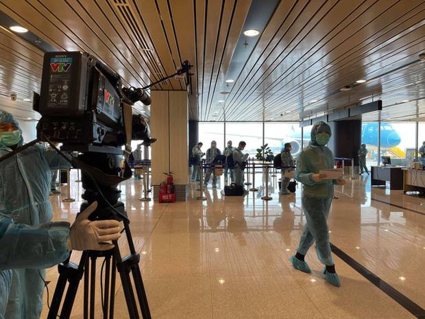 BTV Thu Hà phủ nhận thông tin ê kíp VTV trở thành F1 khi ghi hình ở sân bay Vân Đồn - Ảnh 5.