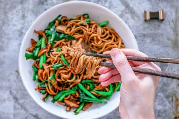 Tết - Điều thú vị có 1-0-2 về cách là món mì trứ danh Trung Quốc: Mỗi bát chỉ có một sợi, người ăn được sợi mì càng dài thì càng trường thọ - Ảnh 1.