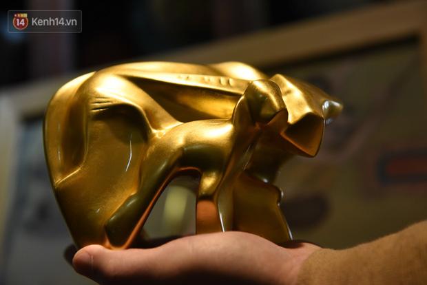 Cận cảnh công đoạn làm ra một chú trâu dát vàng 24k, giá 10 triệu/con vẫn hút khách mua chơi Tết - Ảnh 1.