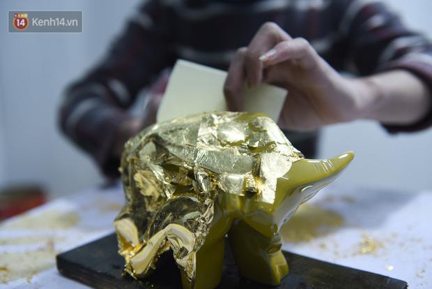 Cận cảnh công đoạn làm ra một chú trâu dát vàng 24k, giá 10 triệu/con vẫn hút khách mua chơi Tết - Ảnh 4.