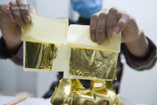 Cận cảnh công đoạn làm ra một chú trâu dát vàng 24k, giá 10 triệu/con vẫn hút khách mua chơi Tết - Ảnh 5.