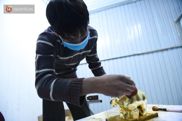 Cận cảnh công đoạn làm ra một chú trâu dát vàng 24k, giá 10 triệu/con vẫn hút khách mua chơi Tết - Ảnh 6.