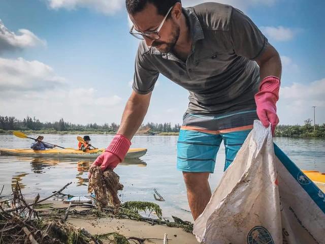 Những điều ý nghĩa người thực sự yêu du lịch làm được trong năm 2020: Thành lập tour du lịch sinh thái vừa chèo thuyền vừa vớt rác, sản xuất ống hút cỏ sậy bảo vệ môi trường  - Ảnh 1.