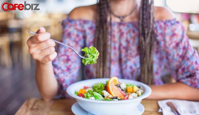 Dân văn phòng thường ăn cho xong nhanh, lẹ, chụp giật, còn tôi áp dụng ăn trong chánh niệm đã thu được những lợi ích tuyệt vời: Tiết kiệm, tốt cho hệ tiêu hoá, dễ thoả mãn...  - Ảnh 1.