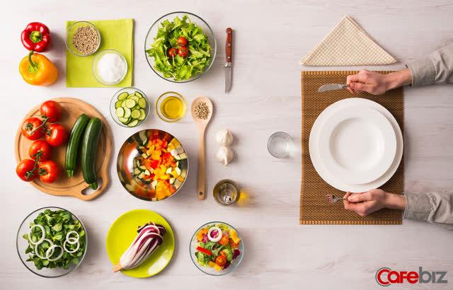 Dân văn phòng thường ăn cho xong nhanh, lẹ, chụp giật, còn tôi áp dụng ăn trong chánh niệm đã thu được những lợi ích tuyệt vời: Tiết kiệm, tốt cho hệ tiêu hoá, dễ thoả mãn...  - Ảnh 2.