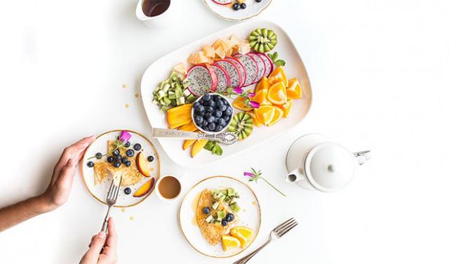 Dân văn phòng thường ăn cho xong nhanh, lẹ, chụp giật, còn tôi áp dụng ăn trong chánh niệm đã thu được những lợi ích tuyệt vời: Tiết kiệm, tốt cho hệ tiêu hoá, dễ thoả mãn...  - Ảnh 3.