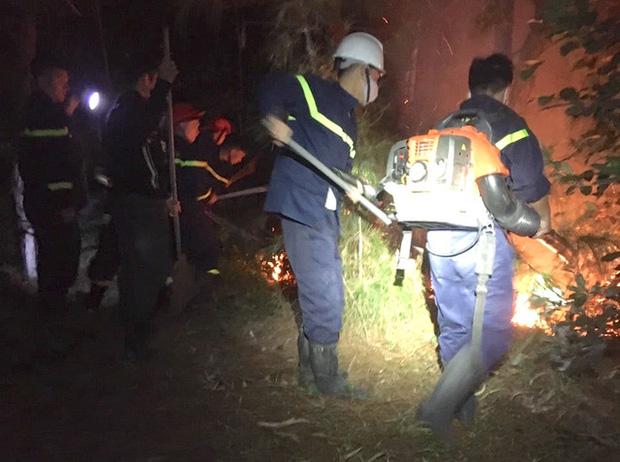 Đêm lạnh giá, cả trăm người lên dập đám cháy lớn bốc ngùn ngụt, cứu rừng thông - Ảnh 2.