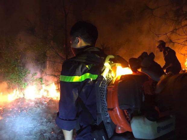 Đêm lạnh giá, cả trăm người lên dập đám cháy lớn bốc ngùn ngụt, cứu rừng thông - Ảnh 5.