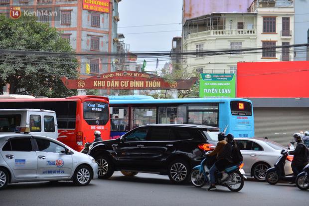 Ảnh: Đường Hà Nội chật cứng xe cộ, hàng nghìn người chôn chân, vật lộn với giá rét xấp xỉ 10 độ C - Ảnh 12.