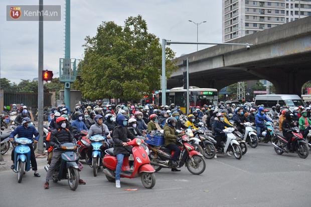 Ảnh: Đường Hà Nội chật cứng xe cộ, hàng nghìn người chôn chân, vật lộn với giá rét xấp xỉ 10 độ C - Ảnh 13.