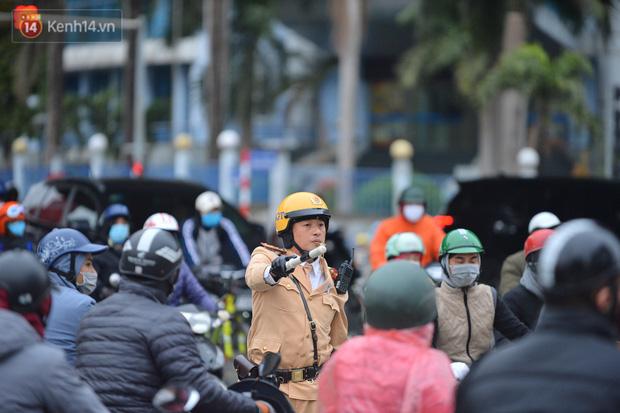 Ảnh: Đường Hà Nội chật cứng xe cộ, hàng nghìn người chôn chân, vật lộn với giá rét xấp xỉ 10 độ C - Ảnh 14.