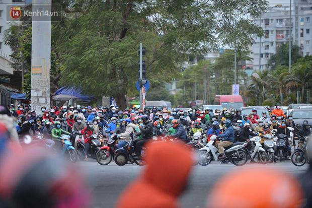 Ảnh: Đường Hà Nội chật cứng xe cộ, hàng nghìn người chôn chân, vật lộn với giá rét xấp xỉ 10 độ C - Ảnh 17.
