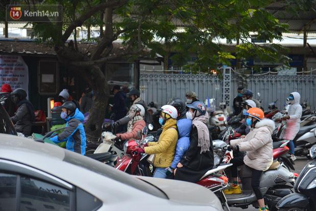 Ảnh: Đường Hà Nội chật cứng xe cộ, hàng nghìn người chôn chân, vật lộn với giá rét xấp xỉ 10 độ C - Ảnh 23.