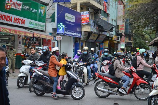 Ảnh: Đường Hà Nội chật cứng xe cộ, hàng nghìn người chôn chân, vật lộn với giá rét xấp xỉ 10 độ C - Ảnh 24.