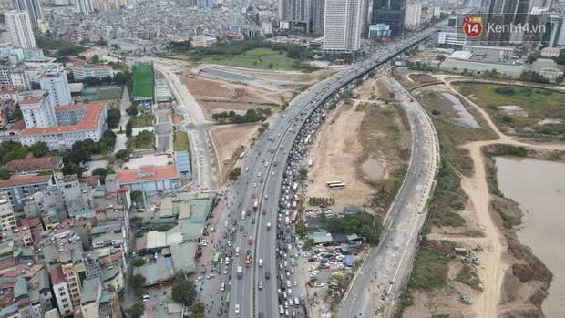 Ảnh: Đường Hà Nội chật cứng xe cộ, hàng nghìn người chôn chân, vật lộn với giá rét xấp xỉ 10 độ C - Ảnh 25.