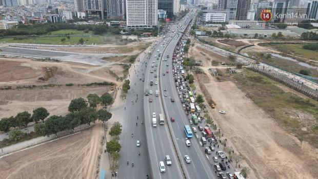 Ảnh: Đường Hà Nội chật cứng xe cộ, hàng nghìn người chôn chân, vật lộn với giá rét xấp xỉ 10 độ C - Ảnh 26.