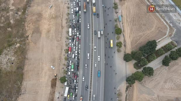Ảnh: Đường Hà Nội chật cứng xe cộ, hàng nghìn người chôn chân, vật lộn với giá rét xấp xỉ 10 độ C - Ảnh 27.