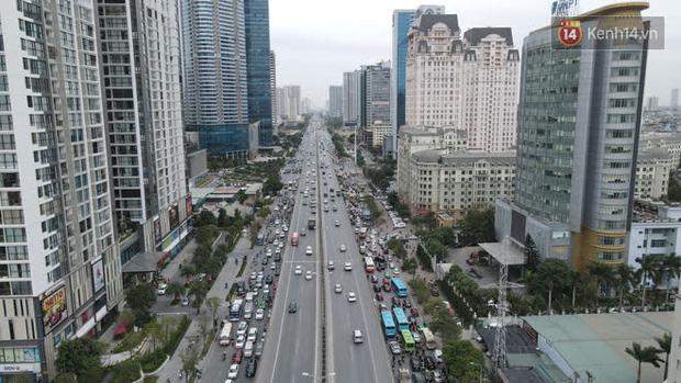 Ảnh: Đường Hà Nội chật cứng xe cộ, hàng nghìn người chôn chân, vật lộn với giá rét xấp xỉ 10 độ C - Ảnh 28.