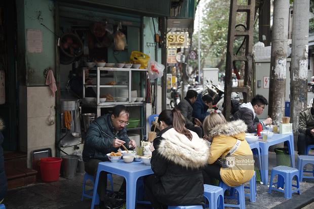 Chùm ảnh: Hà Nội rét kỷ lục, chạm ngưỡng 10 độ nhưng quán xá vẫn tấp nập, dân tình xì xụp ăn uống đủ các món mùa đông - Ảnh 1.