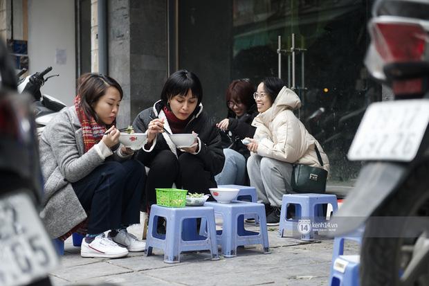 Chùm ảnh: Hà Nội rét kỷ lục, chạm ngưỡng 10 độ nhưng quán xá vẫn tấp nập, dân tình xì xụp ăn uống đủ các món mùa đông - Ảnh 15.