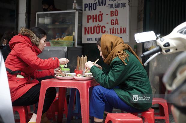 Chùm ảnh: Hà Nội rét kỷ lục, chạm ngưỡng 10 độ nhưng quán xá vẫn tấp nập, dân tình xì xụp ăn uống đủ các món mùa đông - Ảnh 16.
